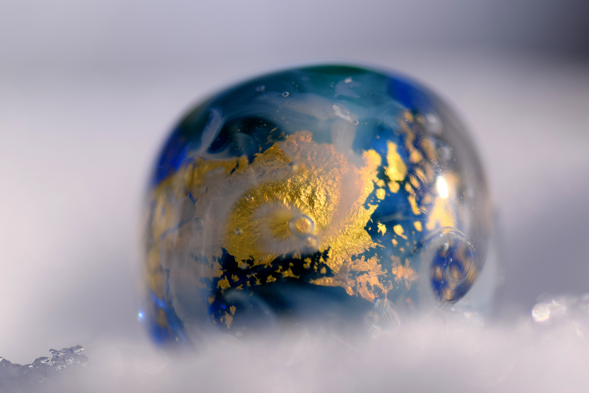 Glasperle, hergestellt und fotografiert von Andrea Jakob